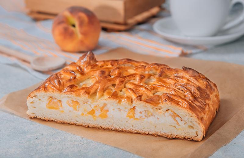 Доставка на дом пирог с персиком и сырным кремом 1кг